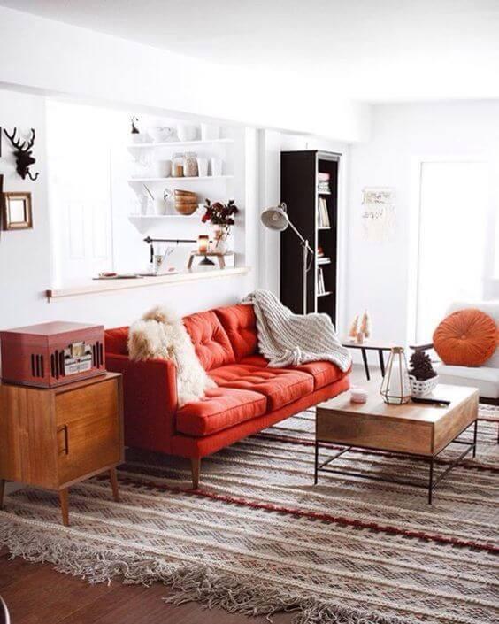 Sala vermelha com tapete listrado e super moderno