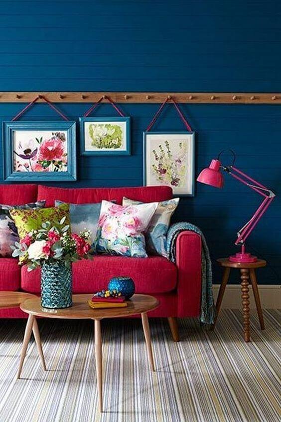 Sala vermelha com parede azul