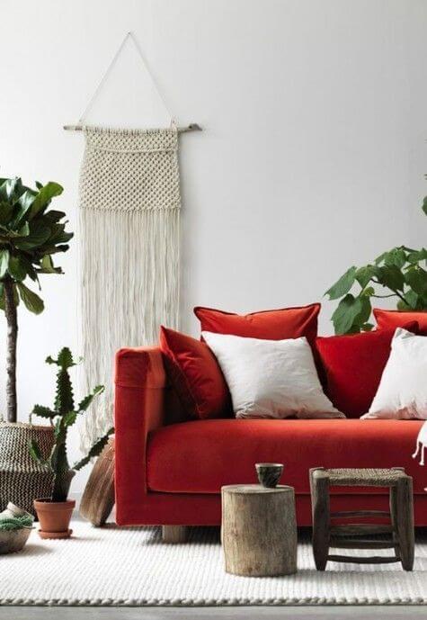 Sala vermelha com macrame decorando a parede