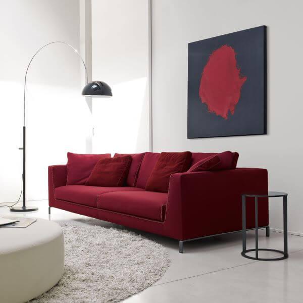 Sala com sofá vermelho para sala clean