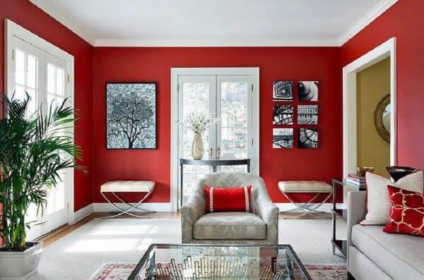 Sala vermelha com poltrona cinza