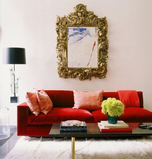 Sala vermelha com espelho dourado