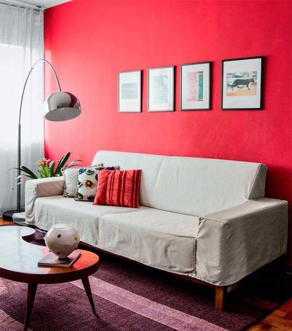 Sala vermelha com parede vibrante