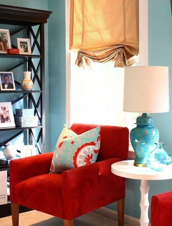 Sala vermelha e azul moderna e colorida