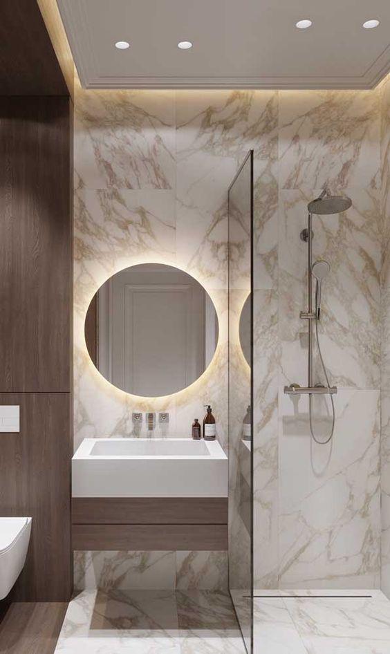 sanca de isopor - banheiro com parede de mármore