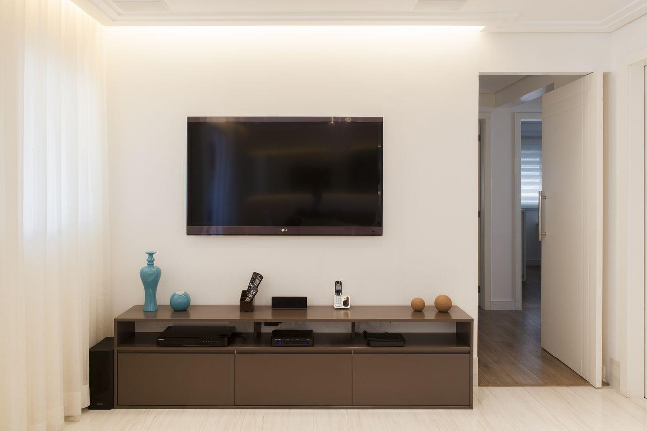 sanca de isopor - sala de estar branca com sanca invertida e cortina