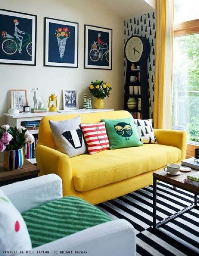 sofá amarelo para decoração de sala com tapete listrado e poltrona branca Foto Construção e Design