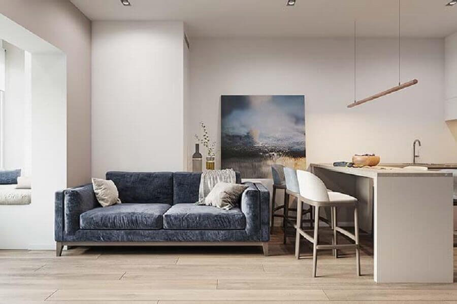 sofá azul escuro para decoração de sala com cozinha integrada Foto Archilovers