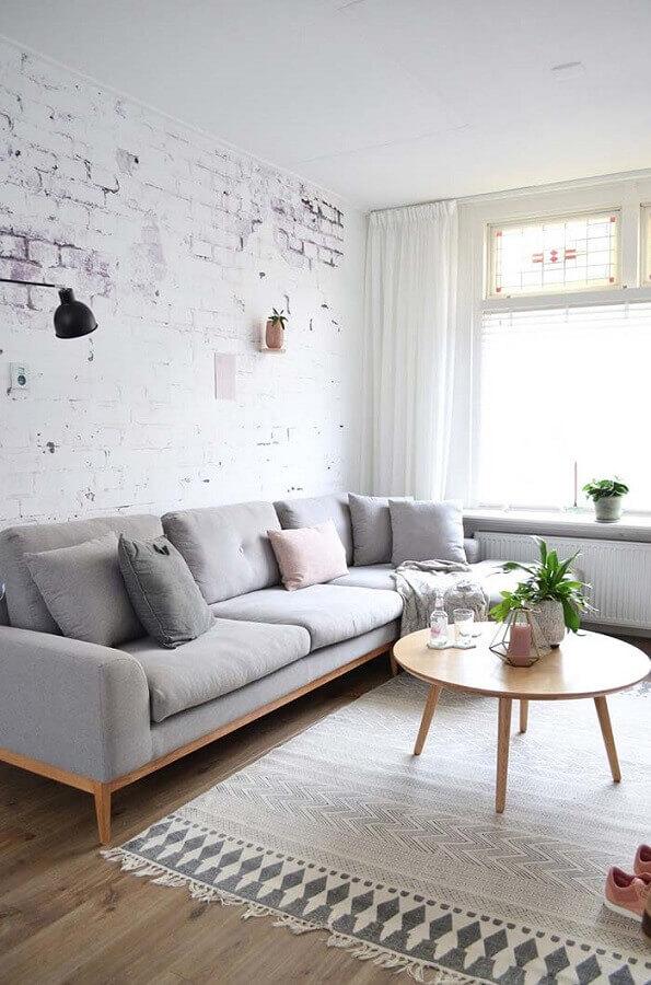 sofá cinza moderno para sala com parede de tijolinho Foto Wood Save
