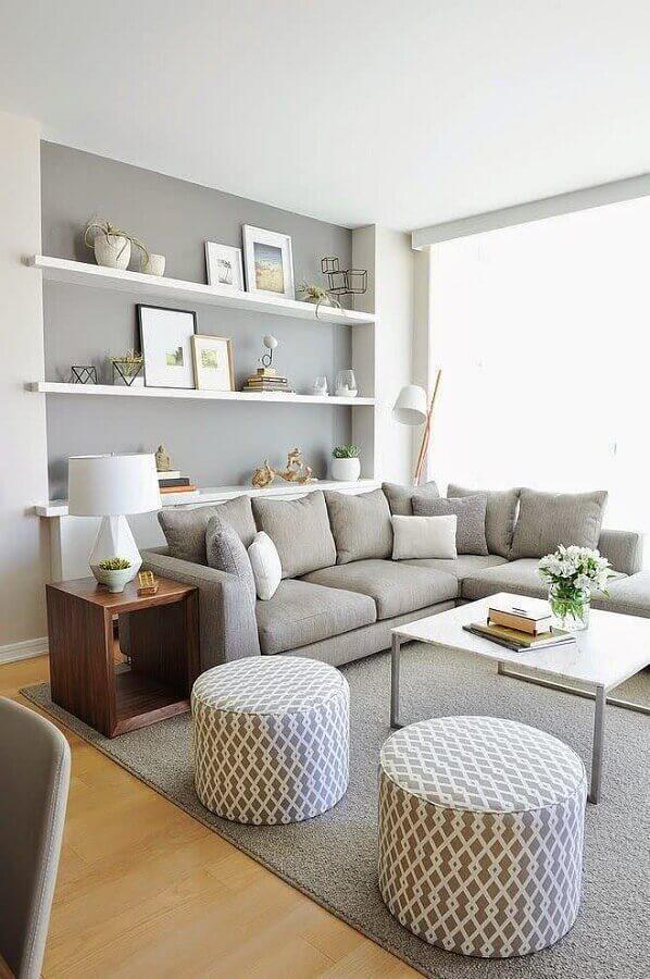sofá cinza para sala moderna com puff redondo e mesa lateral de madeira Foto Infinity Design