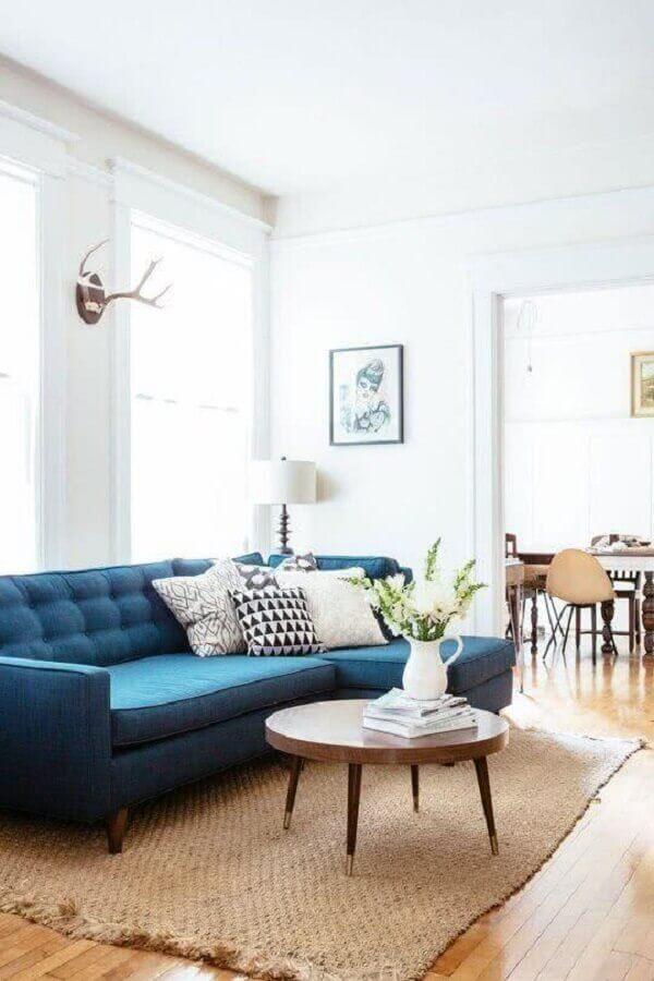 sofá com chaise azul para decoração de sala com mesa de centro de madeira Foto Cute & Paste