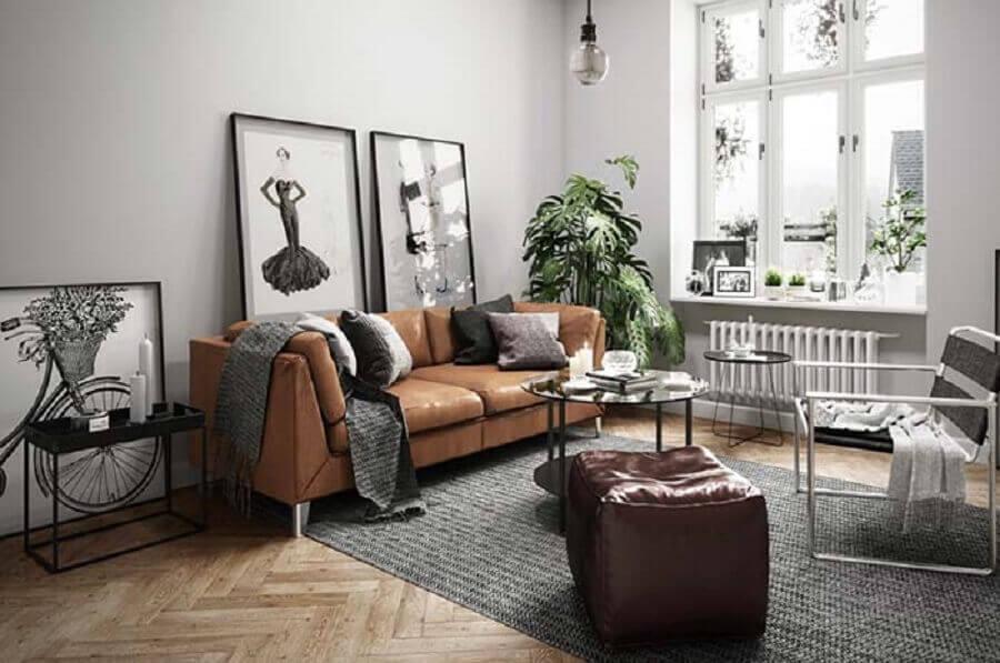 sofá de couro marrom para decoração de sala cinza com quadros grandes Foto Behance
