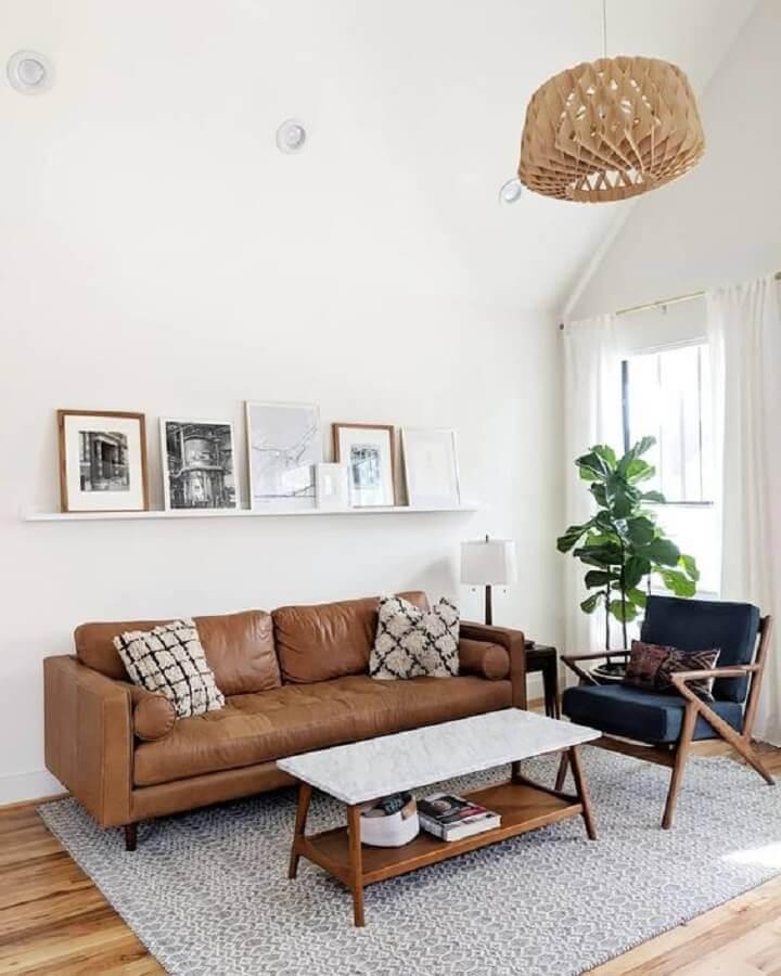 sofá de couro marrom para sala simples decorada com poltrona cinza Foto Article