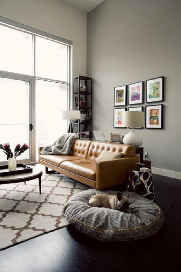 sofá de couro para sala cinza moderna decorada com quadros Foto Apartment34