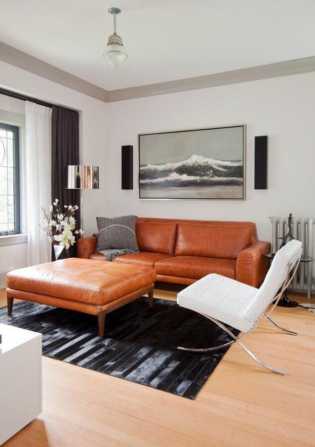 sofá de couro para sala decorada com poltrona moderna branca Foto Pinterest
