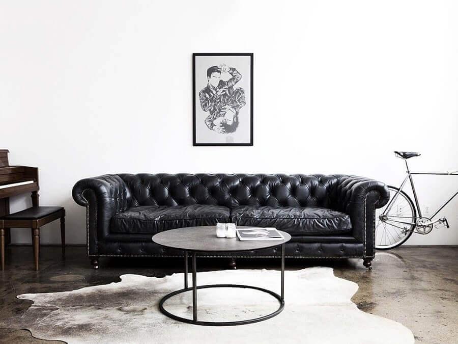 sofá de couro preto com acabamento capitonê Foto HomeIt