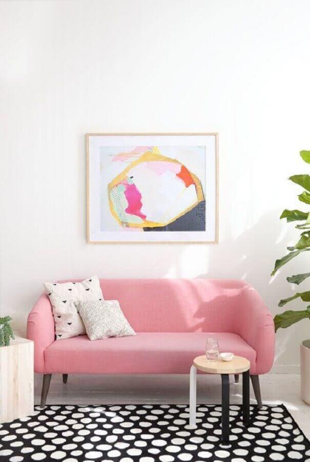 sofá pequeno rosa com pés de madeira Foto Alquimia Decor