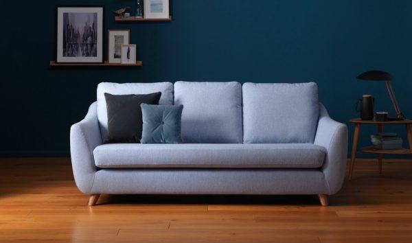 Sofá retrô azul claro com sala combinando
