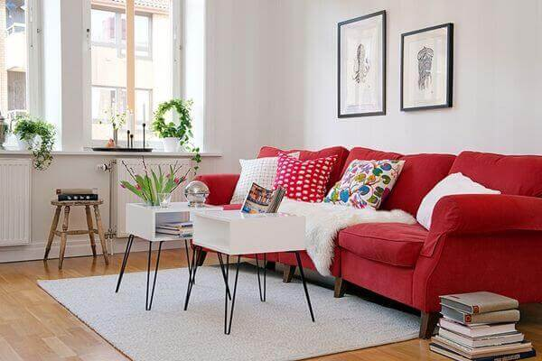 Sofá vermelho para sala de estar com decoração retrô