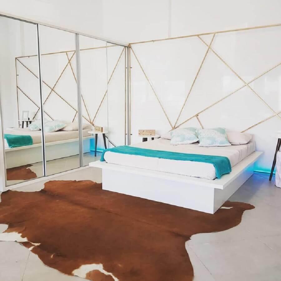 tapete de couro marrom para quarto amplo com guarda roupa espelhado Foto Daiane Caceles & Zquadro
