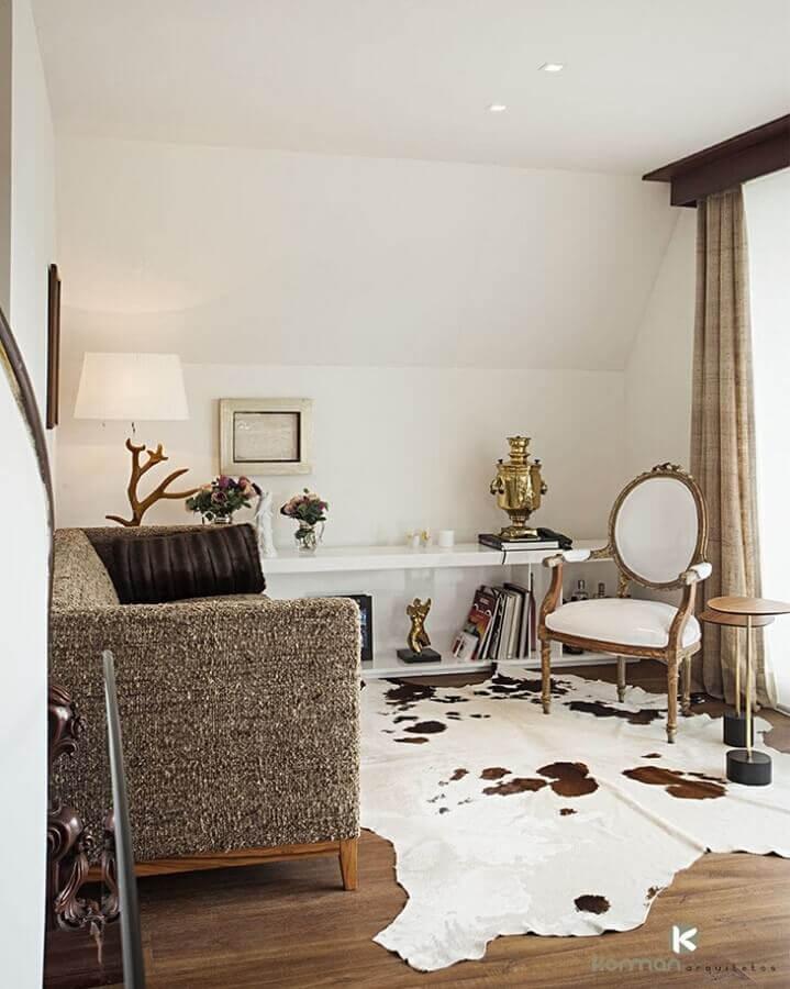 tapete de couro para sala decorada com cadeira antiga Foto Korman Arquitetos