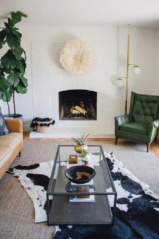 tapete de couro para sala decorada com poltrona verde e lareira Foto Zeal Living