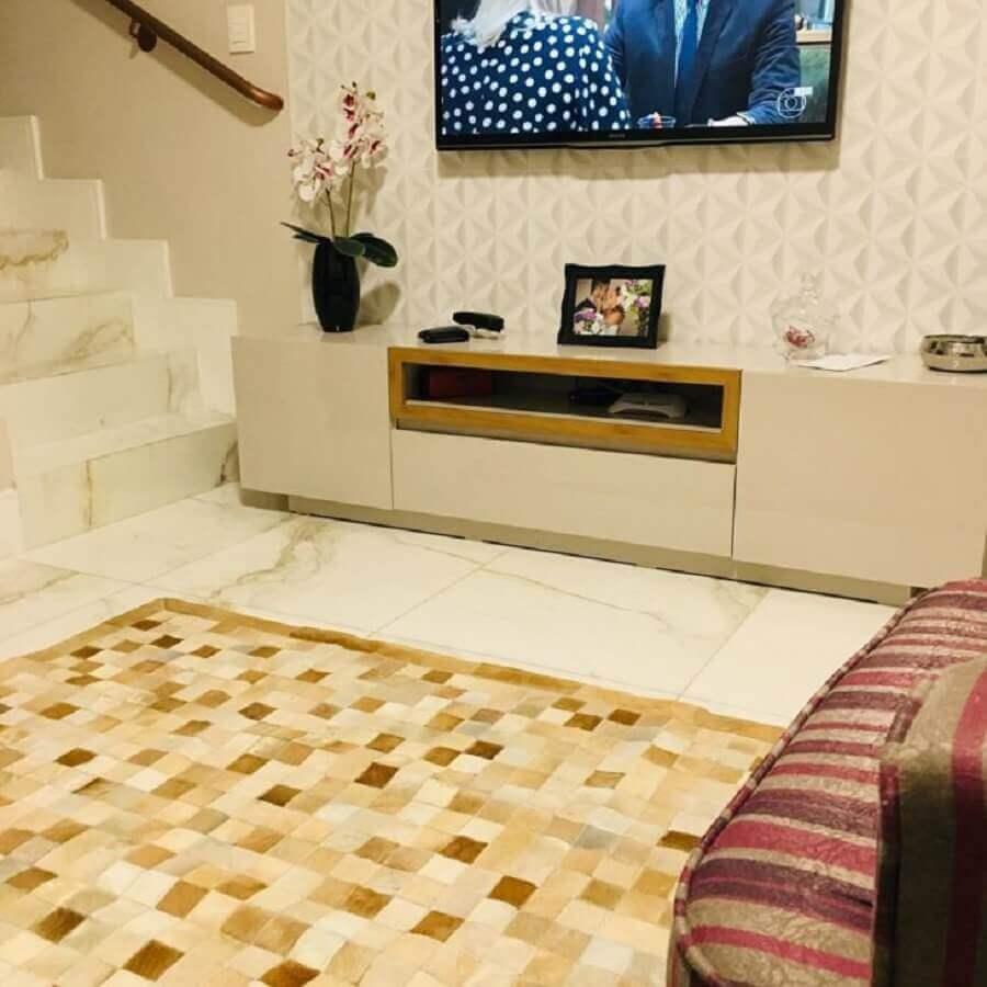 tapete de couro quadriculado para sala de TV Foto Casa29