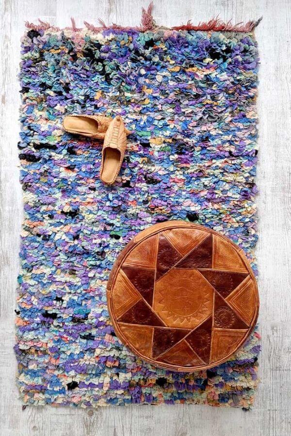 Tapete frufru colorido com puff de couro para a sala de estar