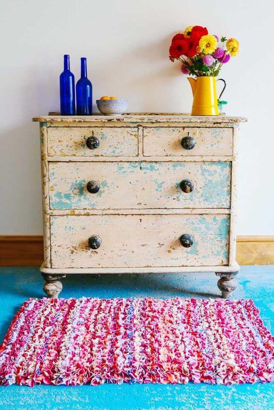 Sala de estar colorida e retrô com tapete frufru