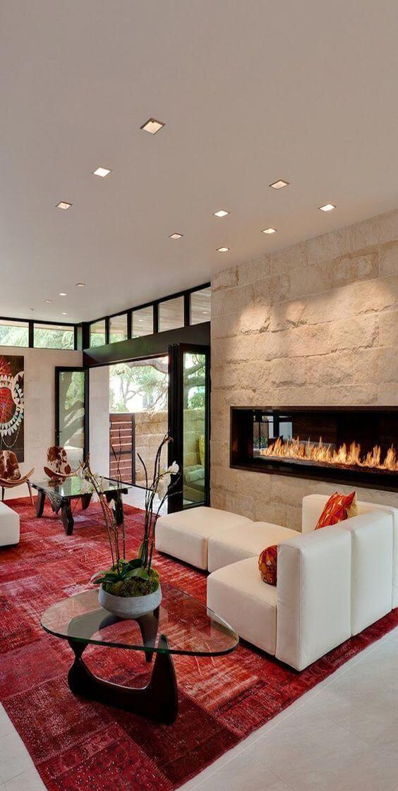 Tapete vermelho para sala com sofá branco