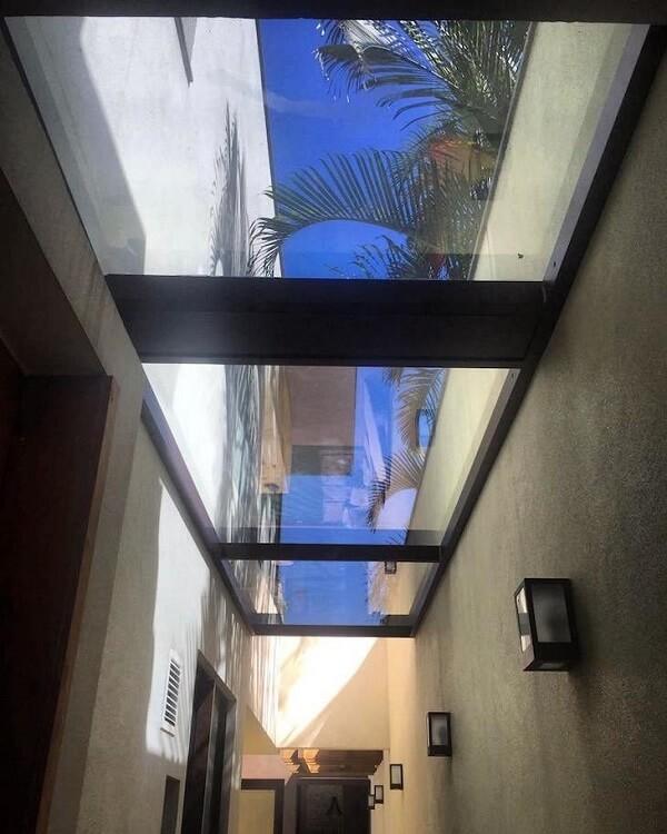 A cobertura de vidro permite a entrada de luz natural
