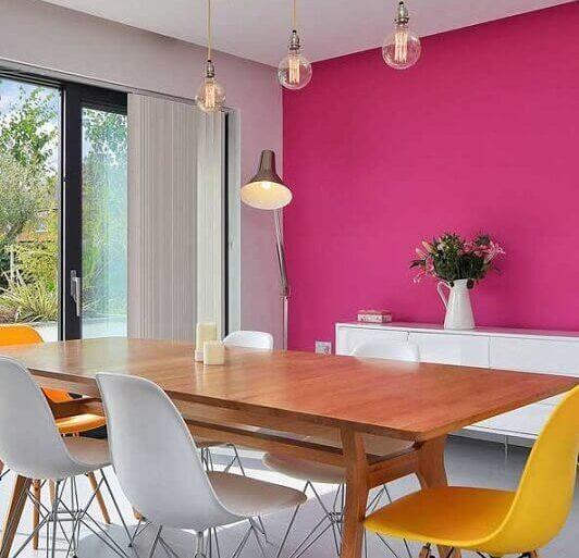 tinta magenta para decoração de sala de jantar com cadeiras brancas e amarelas  Foto Home Decor Ideas