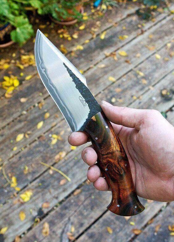 tipos de facas - faca com cabo de madeira decorada