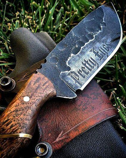 tipos de facas - faca com frase na lama