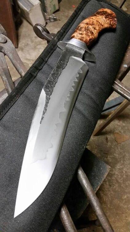 tipos de facas - faca grande com cabo de madeira