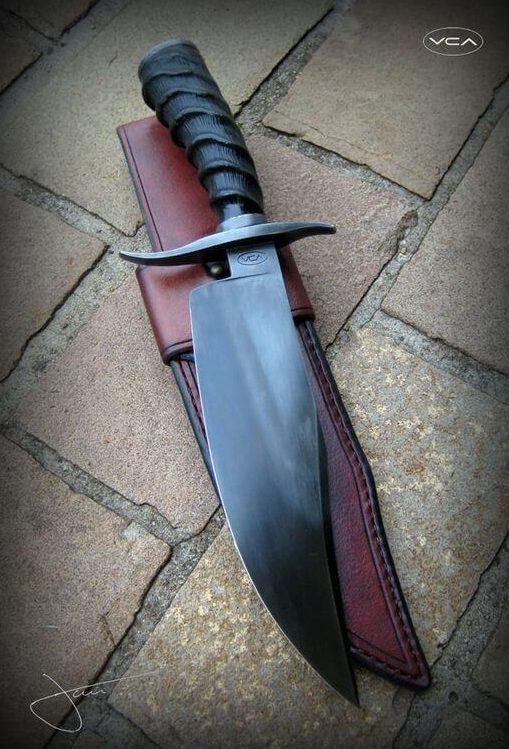 tipos de facas - faca preta em bainha de couro