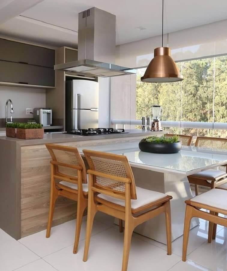varanda gourmet com cozinha decorada com pendente cobre Foto Mikaelian Arquitetura