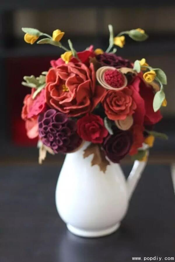 Vaso de flores vermelhas e vinho