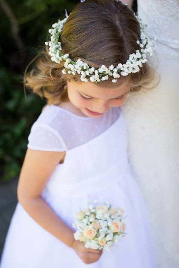 As daminhas podem receber uma coroa especial feita com flor mosquitinho