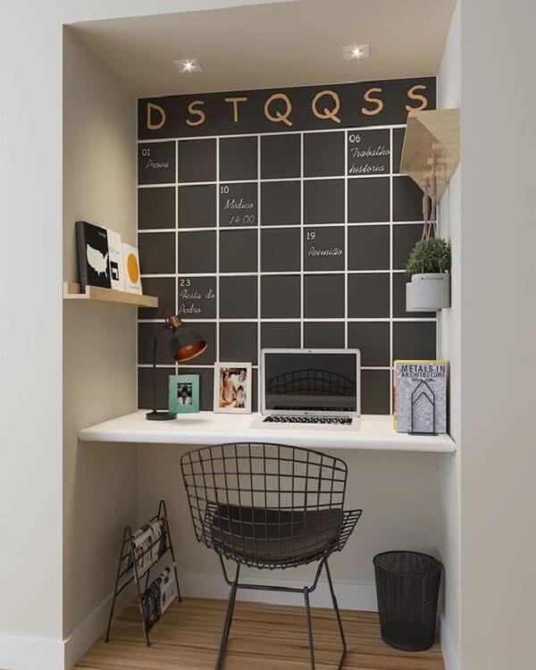 A parede do escritório planejado pode ser utilizada como calendário