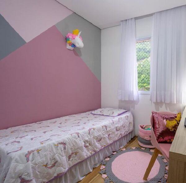 Quarto delicado com tapete rosa e cinza de crochê
