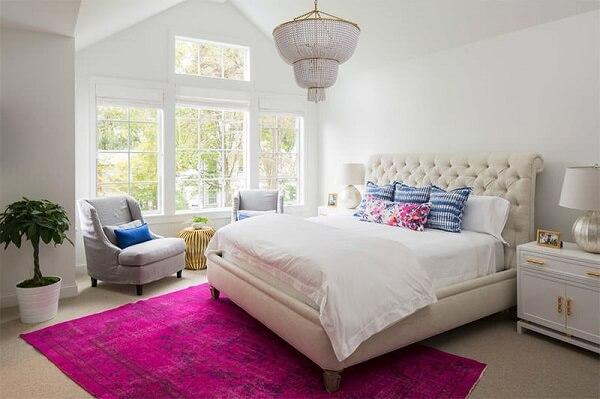 Tapete rosa para quarto de casal em tom pink se destaca na decoração