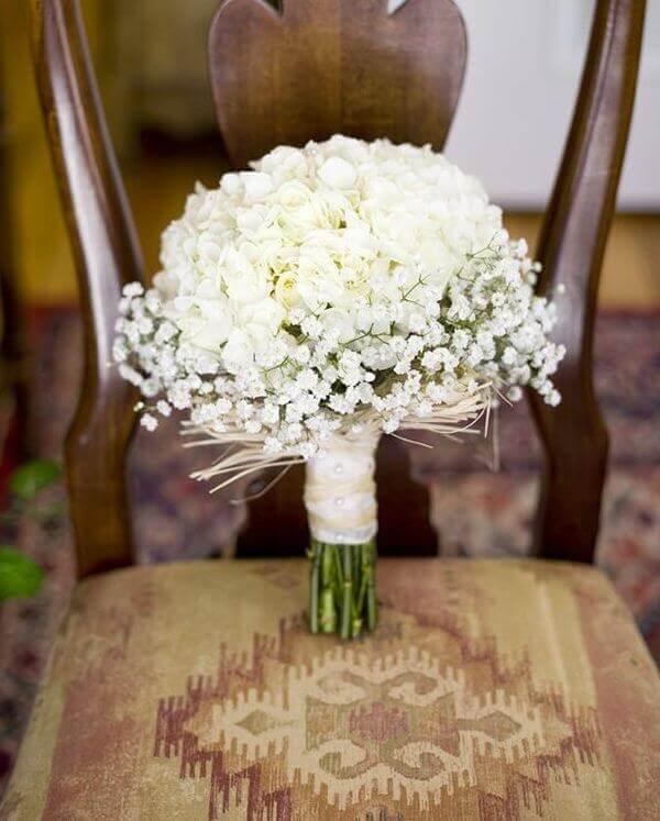 Buquê delicado feito com rosas brancas e flor mosquitinho