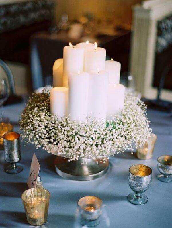 Arranjo delicado para a mesa dos convidados
