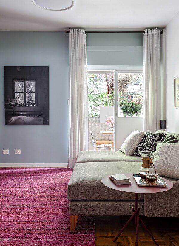 O tapete rosa se destaca na decoração da sala de TV
