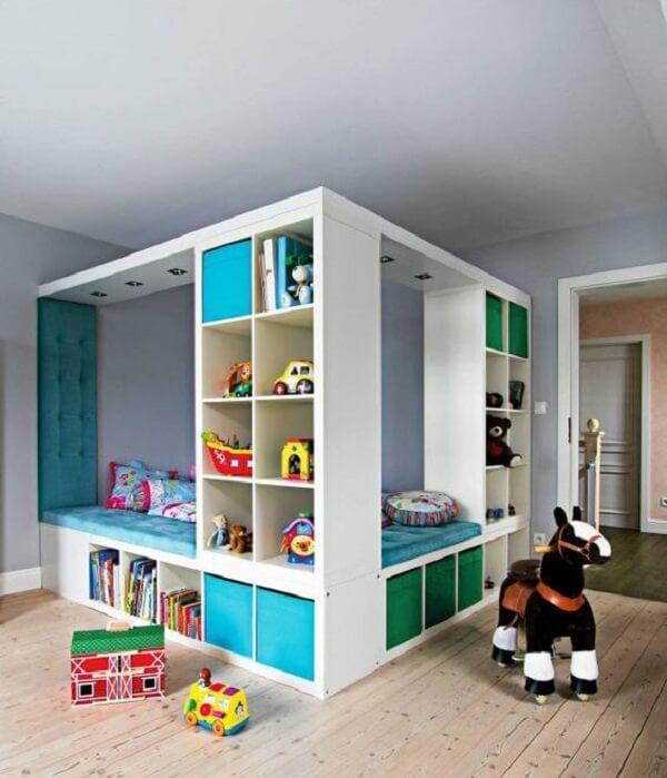Nichos coloridos para quarto infantil decoram a lateral da cama