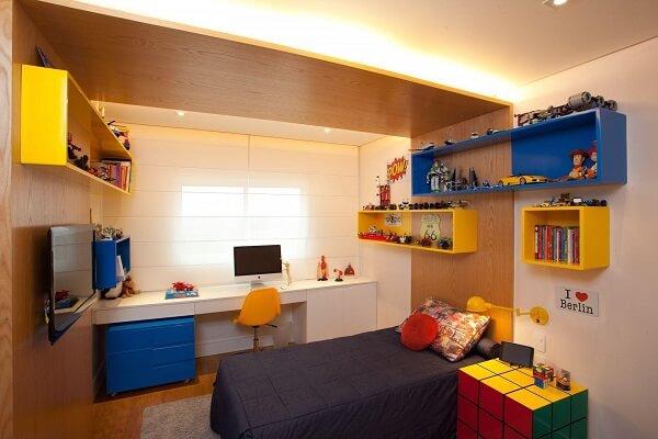 Nichos coloridos para quarto infantil acomodam grande parte dos brinquedos