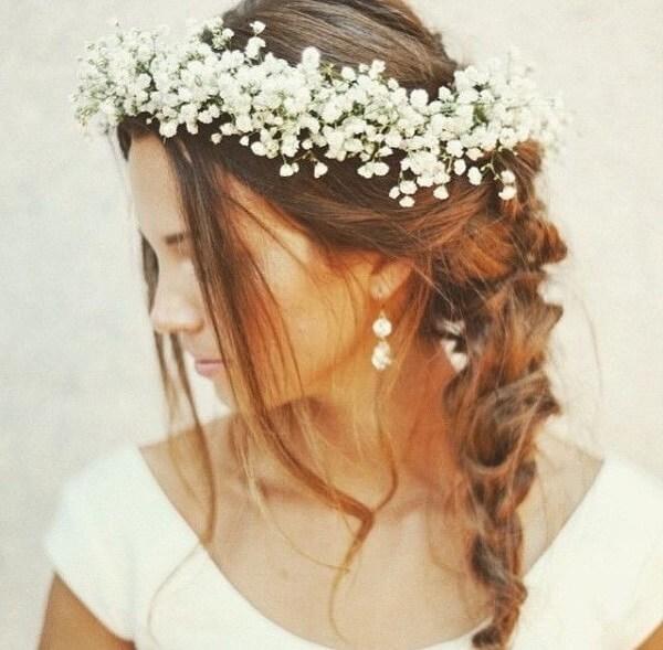 As noivas adoram as coroas feitas com flor mosquitinho