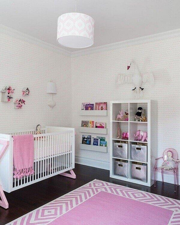 Mescle tonalidade incluindo um tapete rosa e branco no quarto de bebê