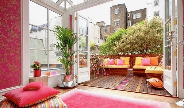 O tapete rosa se harmonizou perfeitamente com o papel de parede do ambiente